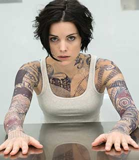 Blindspot stars Jamie Alexander, who emerges sans memory from a bag in Times Square in the pilot