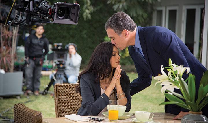 Ana María Orozco and Salvador Del Solar on set